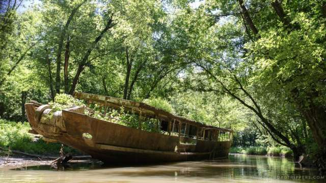 "A 110-Year-Old Abandoned ""Ghost Ship"" in Kentucky"